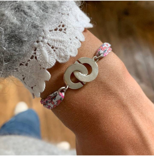 Liberty bracelet with handcuffs